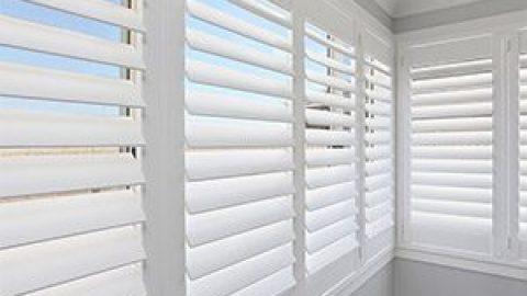 Как выбрать горизонтальные жалюзи на балкон